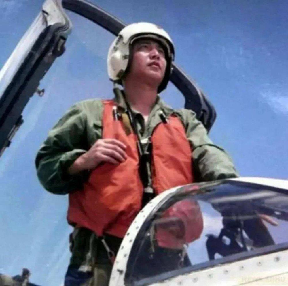 """▲4月1日,是""""海空卫士""""王伟牺牲20周年。当天,许多群众前往王伟烈士墓前悼念。"""